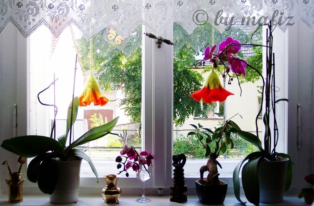 gefilzte fensterdekoration in pink mit r schen und blatt als dekoration f r das fenster. Black Bedroom Furniture Sets. Home Design Ideas